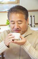 お茶を飲むミドル男性