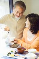 ミドル女性にお茶を注ぐミドル男性 07135001049| 写真素材・ストックフォト・画像・イラスト素材|アマナイメージズ