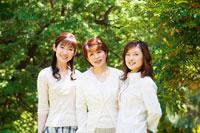 緑の中に立つ笑顔のミドル女性3人 07135001352| 写真素材・ストックフォト・画像・イラスト素材|アマナイメージズ