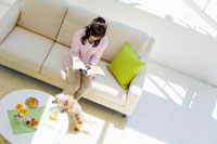 雑誌を見ているミドル女性と犬