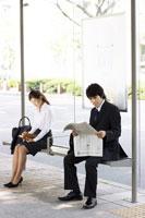 バスを待つスーツの男女 07135001870| 写真素材・ストックフォト・画像・イラスト素材|アマナイメージズ