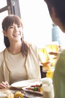 ビールで乾杯する中高年夫婦 07135002161  写真素材・ストックフォト・画像・イラスト素材 アマナイメージズ