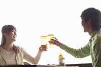 ビールで乾杯する中高年夫婦