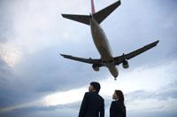 ビジネスマンとビジネスウーマンと飛行機