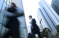 走るビジネスマンとビジネスウーマン