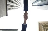 握手するビジネスマンとビジネスウーマンの手 07135002930| 写真素材・ストックフォト・画像・イラスト素材|アマナイメージズ
