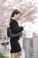 携帯電話を見ているビジネスウーマン