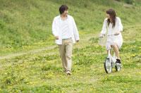 草原で散歩しているカップル