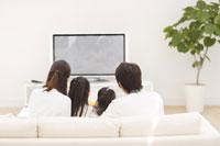 TVを見ている家族の後姿 07135004402| 写真素材・ストックフォト・画像・イラスト素材|アマナイメージズ