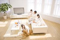犬と寄り添う母と家族 07135004419| 写真素材・ストックフォト・画像・イラスト素材|アマナイメージズ
