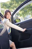 車のドアを開けるビジネスウーマン