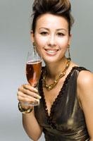 ワインを持った女性