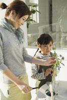 花瓶に花を生ける母と娘