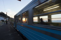 愛媛県 下灘駅のローカル列車と夕日