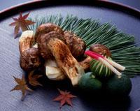 焼き松茸のかぼす添え 20005000706| 写真素材・ストックフォト・画像・イラスト素材|アマナイメージズ