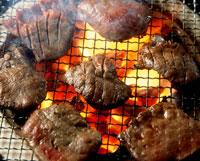炭火で焼く牛タン