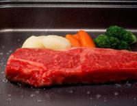 鉄板で焼くステーキ肉