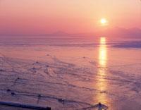 朝焼けの海とスケトウ船