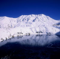 雪の立山とみくりが池