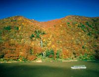 秋の白糸の滝と最上川の舟下り 20005002095| 写真素材・ストックフォト・画像・イラスト素材|アマナイメージズ