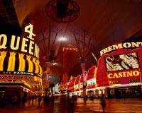 ラスベガスのフリモントストリートの夜景 20005004425| 写真素材・ストックフォト・画像・イラスト素材|アマナイメージズ