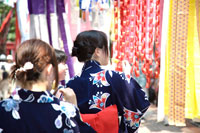 仙台七夕祭りの吹流しと浴衣女性後姿 20005004711| 写真素材・ストックフォト・画像・イラスト素材|アマナイメージズ