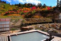 ふけの湯温泉の紅葉の露天風呂 20005005802| 写真素材・ストックフォト・画像・イラスト素材|アマナイメージズ