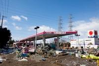 東日本大震災 イオン多賀城店付近のガソリンスタンド 20005009957| 写真素材・ストックフォト・画像・イラスト素材|アマナイメージズ