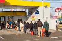 東日本大震災 ガソリンスタンドに並ぶ人々 20005010136| 写真素材・ストックフォト・画像・イラスト素材|アマナイメージズ