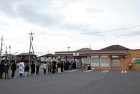 東日本大震災 コンビニエンスストアに並ぶ人々 20005010138| 写真素材・ストックフォト・画像・イラスト素材|アマナイメージズ