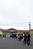 東日本大震災 コンビニエンスストアに並ぶ人々