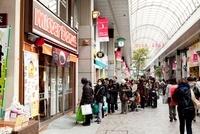東日本大震災 買い物の為に並ぶ人々 クリスロード 20005010167| 写真素材・ストックフォト・画像・イラスト素材|アマナイメージズ