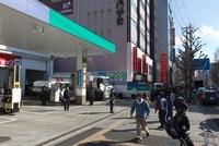 東日本大震災 仙台駅東口 東八幡町SS前の行列 20005010185| 写真素材・ストックフォト・画像・イラスト素材|アマナイメージズ