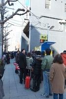 東日本大震災 仙台駅東口 東八幡町SS前の行列 20005010186| 写真素材・ストックフォト・画像・イラスト素材|アマナイメージズ