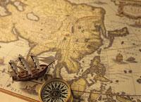 アジアの古い地図と帆船とコンパス