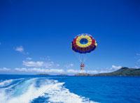 ボートの航跡とパラセール ボラボラ島