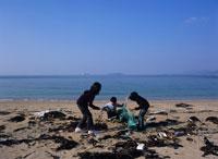 海岸のゴミを拾う子供 瀬戸内海