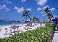ヒルトンホテルのビーチと客船 20007003978| 写真素材・ストックフォト・画像・イラスト素材|アマナイメージズ