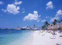 ヒルトンホテルのビーチと客船 20007003979| 写真素材・ストックフォト・画像・イラスト素材|アマナイメージズ