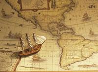 古い地図と帆船模型 20007004269| 写真素材・ストックフォト・画像・イラスト素材|アマナイメージズ