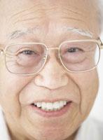 メガネをかけたシニア男性 20009002888| 写真素材・ストックフォト・画像・イラスト素材|アマナイメージズ