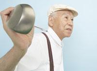 ゴルフクラブを肩にのせたシニア男性 20009002920| 写真素材・ストックフォト・画像・イラスト素材|アマナイメージズ