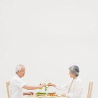 乾杯する夫婦 20009005731| 写真素材・ストックフォト・画像・イラスト素材|アマナイメージズ