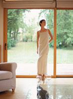 窓辺に立つ白いワンピースの女性 20010000008D| 写真素材・ストックフォト・画像・イラスト素材|アマナイメージズ