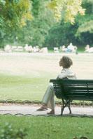 ベンチに座る外国人女性