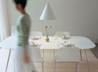 ダイニングテーブルと女性