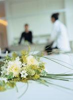 テーブルの上の花とカップル 20010000088B| 写真素材・ストックフォト・画像・イラスト素材|アマナイメージズ