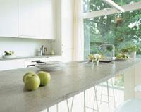 テーブルの上の青リンゴとキッチン