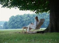 公園の椅子に座る女性