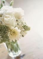 ガラスの花瓶の白い花